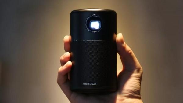Anker又出黑科技,一听可乐大小却有高亮度的便携投影仪!